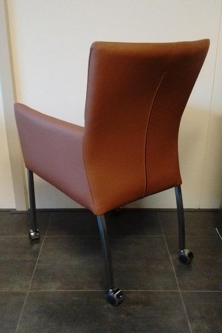Cognac leren stoelen met armleuning wieltjes en rvs poten Leren eetkamerstoelen met armleuning en wieltjes