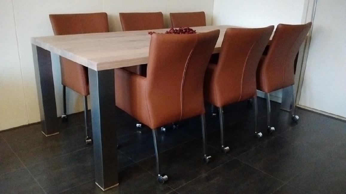 Cognac leren stoelen met armleuning wieltjes en rvs poten for Bruine leren eetkamerstoelen met armleuning